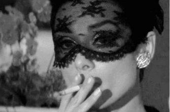 Гифки девушки в маске чёрной